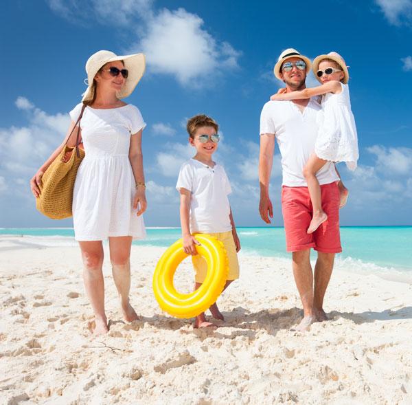 Familia con lentes obscuros y ropa ligera de color claro